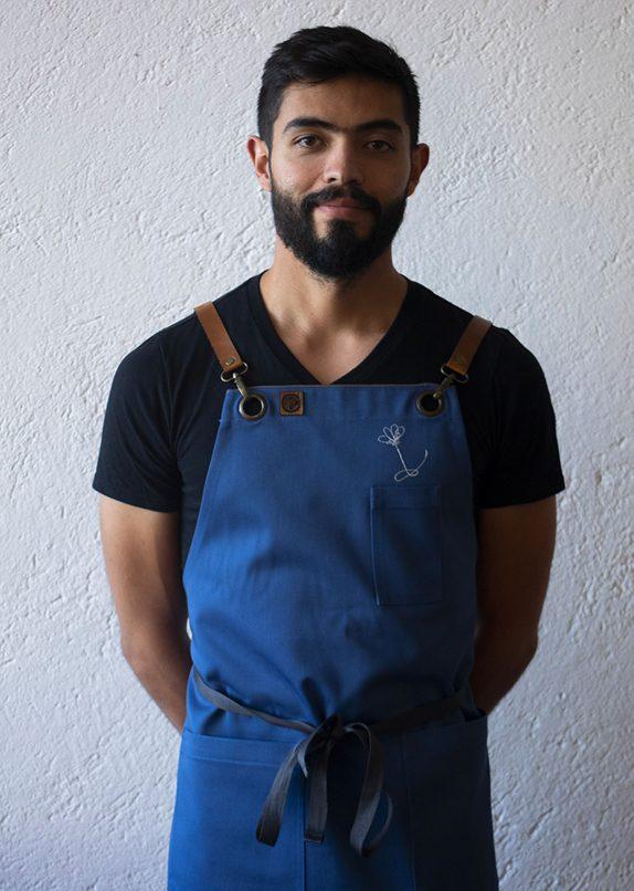 Delantal azul con detalles de cuero personalizadle