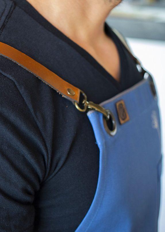 Mandil azul con detalles de cuero